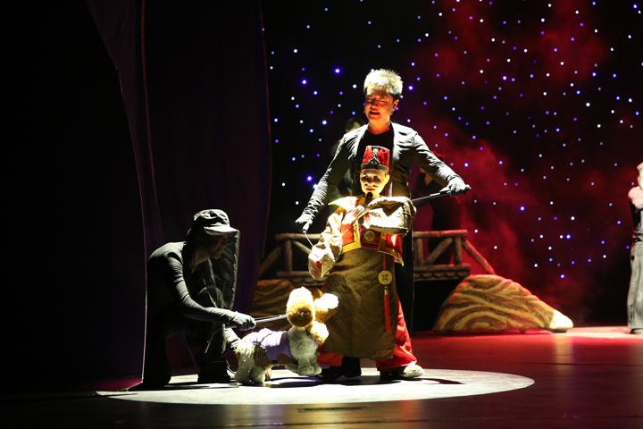 《农夫与仙鹤》在中国儿童剧场精彩上演,剧场内座无虚席,剧中美轮美奂